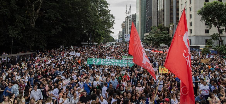 Manifestantes contra os cortes na Educação tomaram a avenida Paulista, em São Paulo, no dia 15 - Eduardo Anizelli/Folhapress