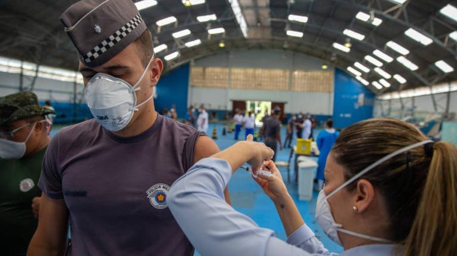 Policial Militar recebe vacina contra a Covid-19, em São Paulo - Danilo Verpa - 5.abr.2021/Folhapress