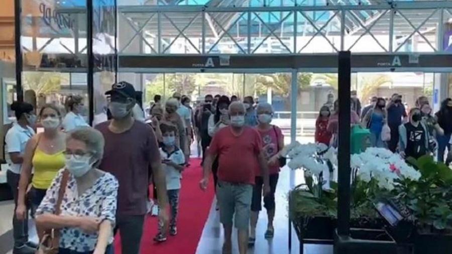 Shopping em Blumenau teve aglomeração na reabertura após flexibilização da quarentena em SC - Reprodução/Twitter