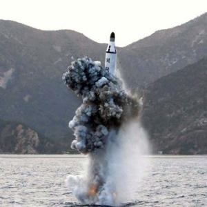 Míssil submarino que teria sido lançado pela Coreia do Norte em abril passado