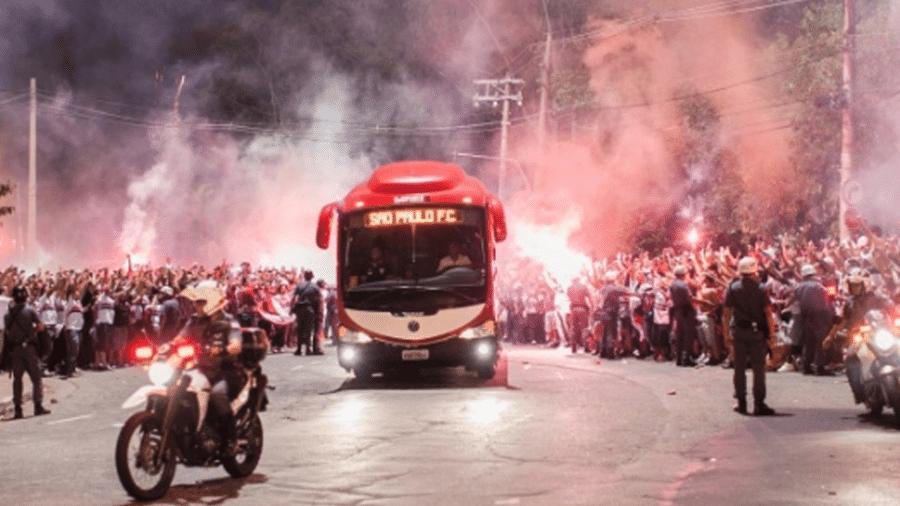 Ônibus do São Paulo é recebido com festa na chegada ao Morumbi - Leonardo Soares/UOL