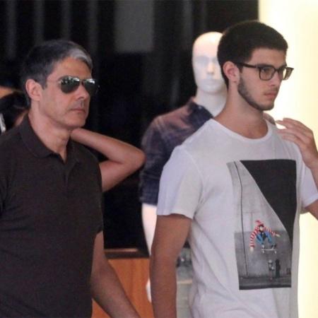 William Bonner e o filho Vinícius Bonemer são fotografados em shopping do Rio de Janeiro - AgNews