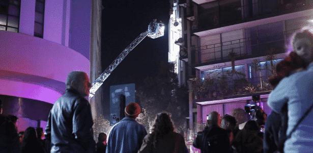 Bombeiros chilenos fazem averiguação em prédio onde uma família brasileira foi encontrada morta; principal suspeita é a de intoxicação - Karin Pozo/Aton Chile/AFP
