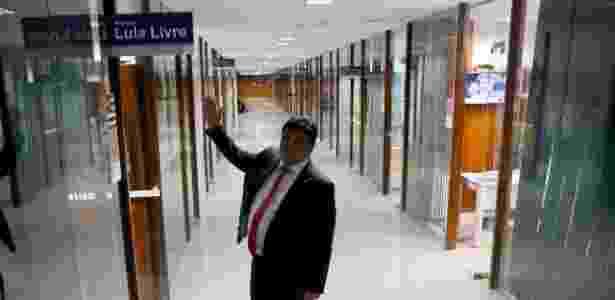 Deputado Marcio Jerry (PC do B/MA) mostra placa em corredor da Câmara - Assessoria de Marcio Jerry (PCdoB/MA)