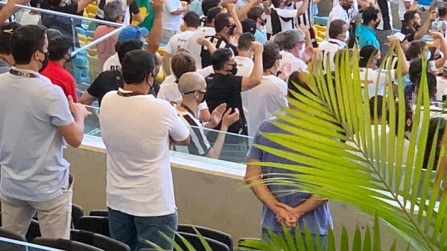 Bruno Covas (PSDB), prefeito de São Paulo, marcou presença no Maracanã na torcida pelo Santos - UOL