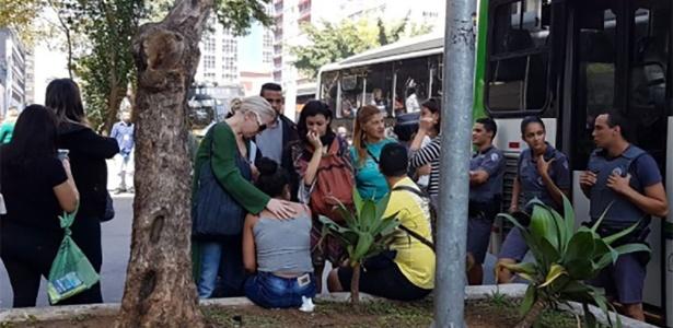 30.ago.2017 - Mulher é consolada após passageiro em ônibus na av. Paulista ejacular sobre o pescoço dela; homem foi solto por juiz que não viu crime de estupro