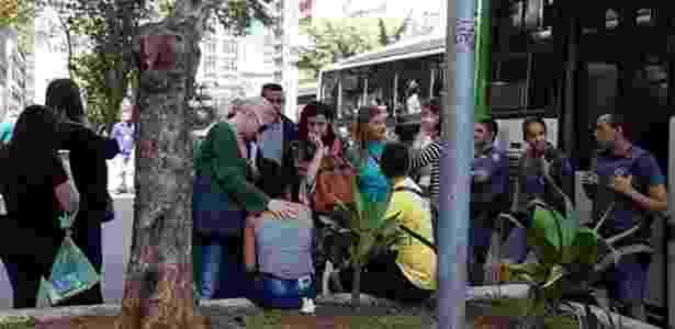 Mulher é consolada após passageiro em ônibus na avenida Paulista ejacular sobre o pescoço dela; homem foi solto por juiz que não viu crime de estupro - Marina Ogawa/Jovem Pan