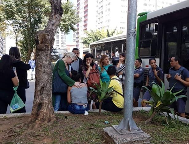Mulher é consolada após passageiro em ônibus na avenida Paulista ejacular sobre o pescoço dela; homem foi solto por juiz que não viu crime de estupro