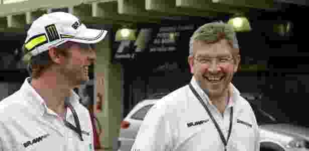 Ross Brawn na época em que era chefe da equipe que levava seu nome, com Jenson Button - Eduardo Knapp/Folhapress