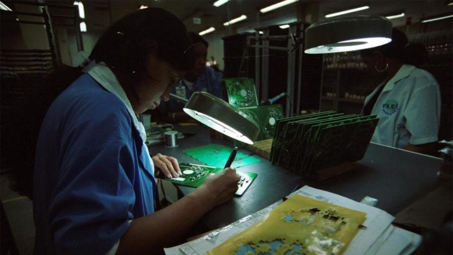 Funcionário em linha de montagem de DVD. na Zona Franca de Manaus (AM) - Alberto César Araújo/Folhapress