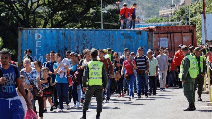 Circulação de pessoas na fronteira entre a Venezuela e a Colômbia seis meses antes do surto de coronavírus na China - Schneyder Mendoza/AFP