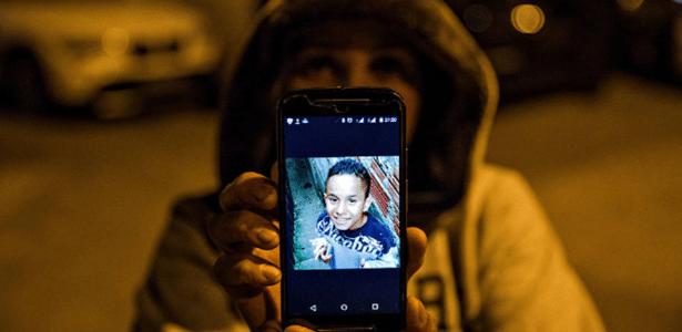 Mãe mostra foto de Waldik, morto pela Guarda Civil Metropolitana