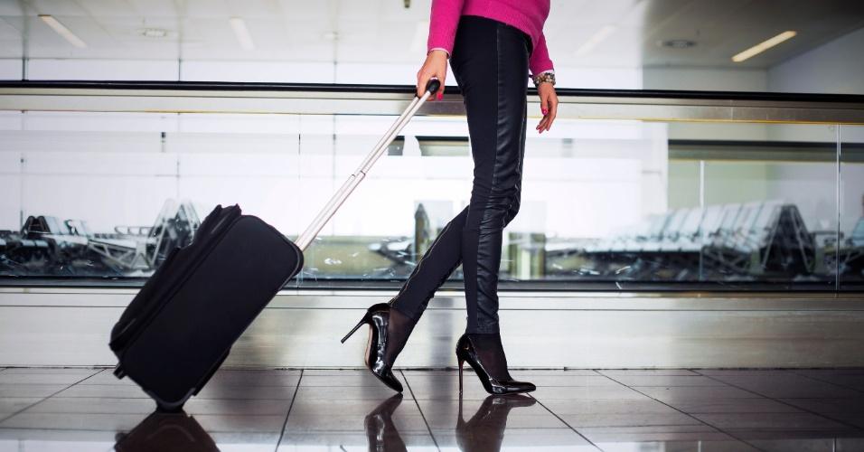 Mulher com bagagem de mão no aeroporto