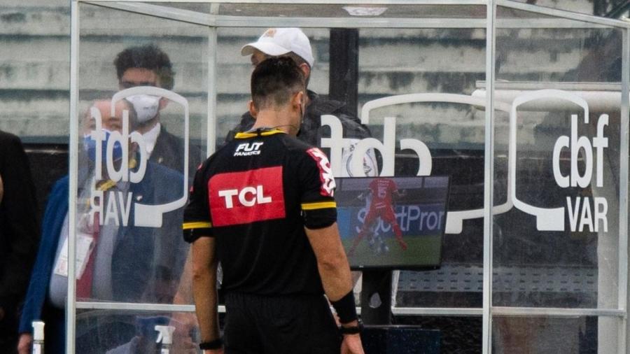 O árbitro Flávio Rodrigues analisa o VAR (árbitro de vídeo) durante a partida entre Vasco e Internacional, pelo Brasileirão 2020 - Max Peixoto/Estadão Conteúdo