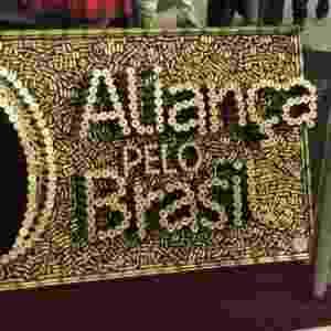 Painel escrito Aliança pelo Brasil formado por cartuchos de bala  - Lucaiana Amaral/UOL - Lucaiana Amaral/UOL