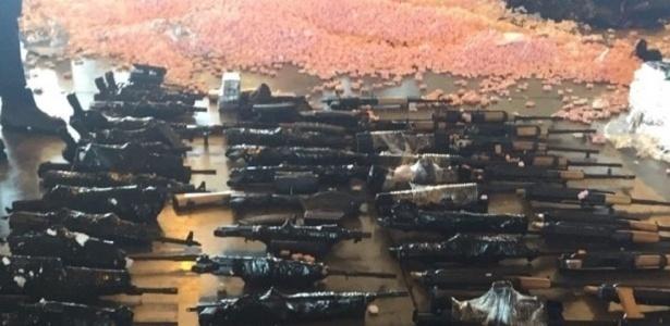 60 fuzis de guerra vindos de Miami (EUA) no aeroporto do Galeão, no Rio