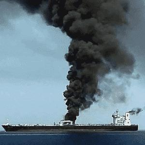 Navio petroleiro pega fogo no golfo de Omã - HO/IRIB TV/AFP
