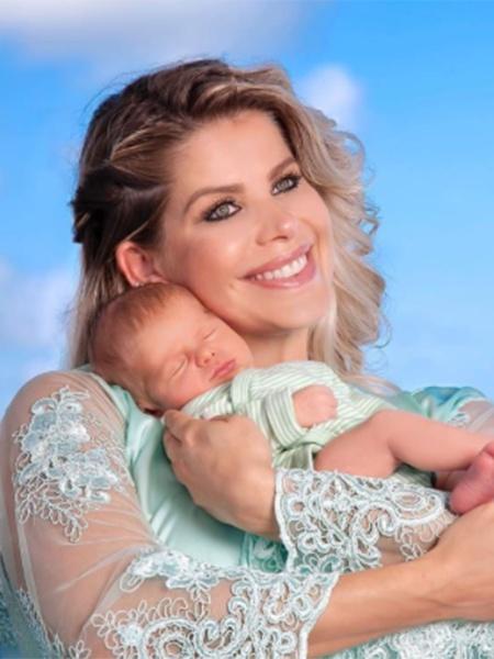 Karina Bacchi segura o filho, Enrico Bacchi - Reprodução/Instagram/karinabacchi