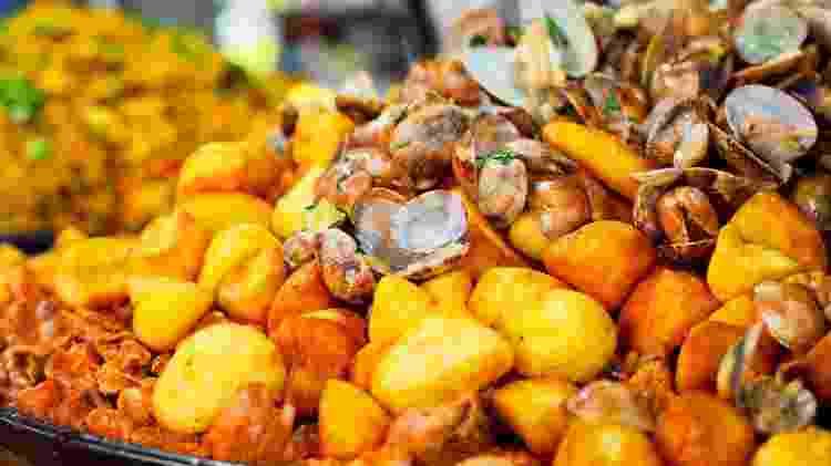 Carne de porco com amêijoas, batatas fritas e coentro-porco a alentejana - Getty Images/iStockphoto
