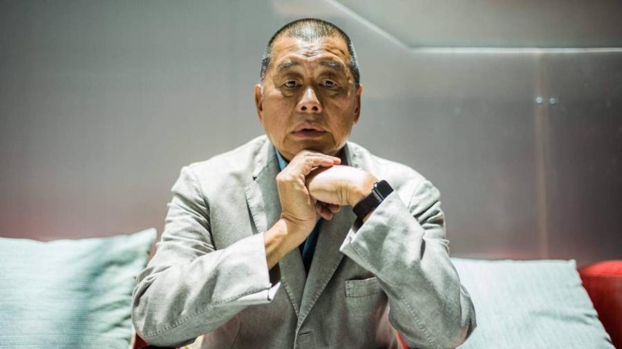 Esta é a primeira vez que Lai, 73 anos, e atualmente em prisão provisória, depois de ter sido detido por infringir a lei sobre segurança nacional imposta pela China, é condenado por seu ativismo - Anthony Wallace/AFP