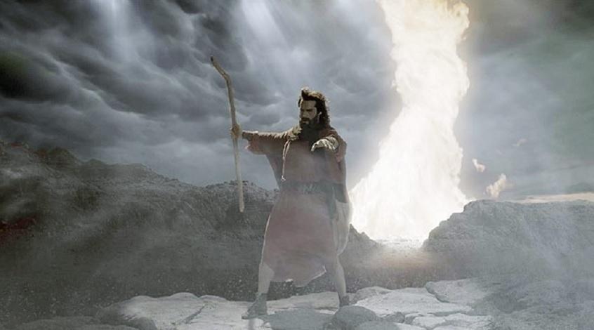 Moisés (Guilherme Winter) encara as águas do mar Vermelho em Os Dez Mandamentos