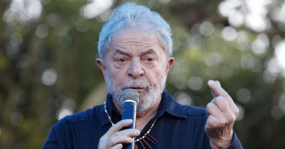 O ex-presidente Lula durante caravana pela cidade de Quedas do Iguaçu