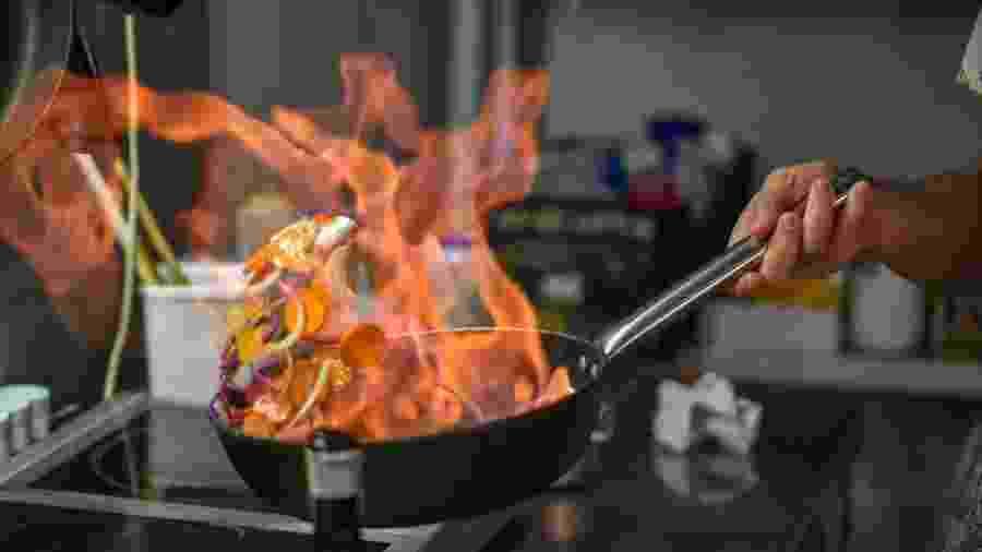 Uma das formas de usar o álcool é para flambar pratos - Getty Images/iStockphoto