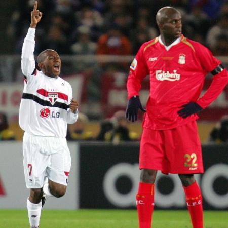 Sissoko e Mineiro na final do Mundial de Clubes de 2005 entre São Paulo x Liverpool - Reuters