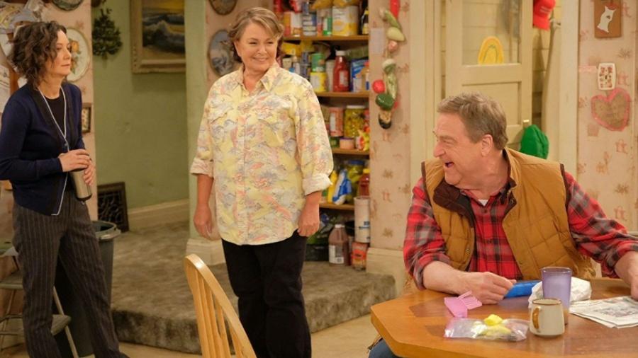 """Cena da sitcom """"Roseanne"""", que foi cancelada após os comentários de Roseanne Barr (centro) - Divulgação"""
