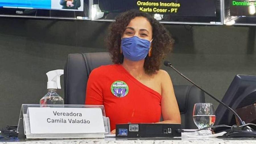 Camila Valadão, 36, usa blusa vermelha com ombro à mostra em sessão da Câmara Municipal de Vitória (ES) - Divulgação