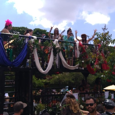Foliões vibram com o rock do bloco Alcova Libertina em BH, que celebrou os 50 anos de Woodstock - Miguel Arcanjo Prado/UOL