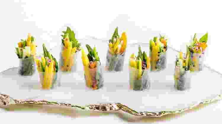Rolinho de papel de arroz com vegetais, manga, mamão, hortelã, manjericão tailandês - Audrey Ma  - Audrey Ma