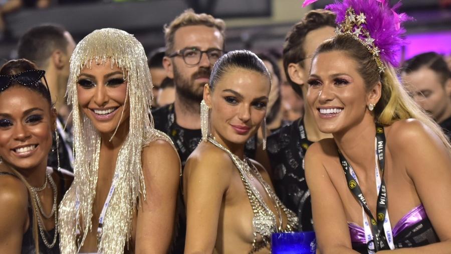 MC Rebecca, Sabrina Sato, Isis Valverde e Lívia Andrade curtem desfile juntinhas na Sapucaí - Leo Franco/AgNews