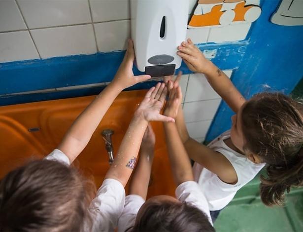 Crianças higienizam as mãos em escola infantil de São Paulo