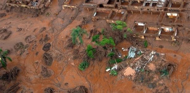 Desastre em Bento Rodrigues, em Mariana (MG), após o rompimento de duas barragens da mineradora Samarco - Christophe Simon/AFP