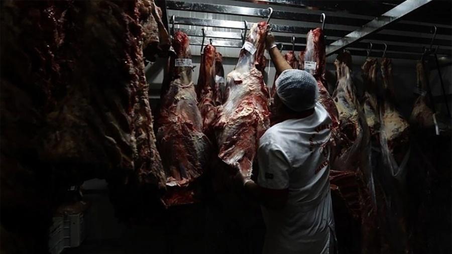Funcionário seleciona peça de boi em açougue na zona norte de São Paulo (SP) - Leonardo Benassatto/Framephoto/Estadão Conteúdo