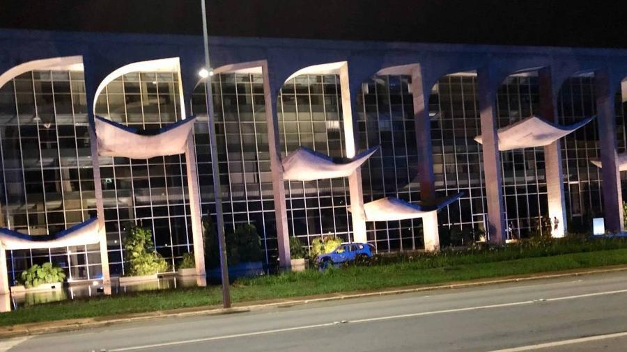 """Carro invade espelho d""""agua do Ministério da Justiça, em Brasília - Ranier Bragon/Folhapress"""