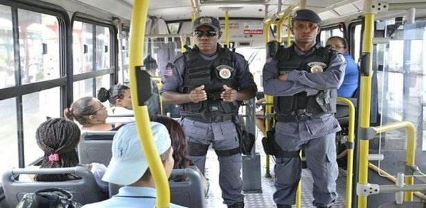 Policiais em ônibus urbanos em São Luís (MA), onde criminosos estão incendiando ônibus