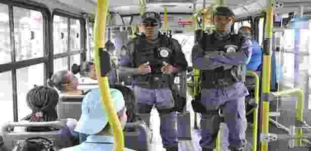 Policiais em ônibus urbanos em São Luís (MA), onde criminosos estão incendiando ônibus - Reprodução/ Twitter/ Segurança Maranhão