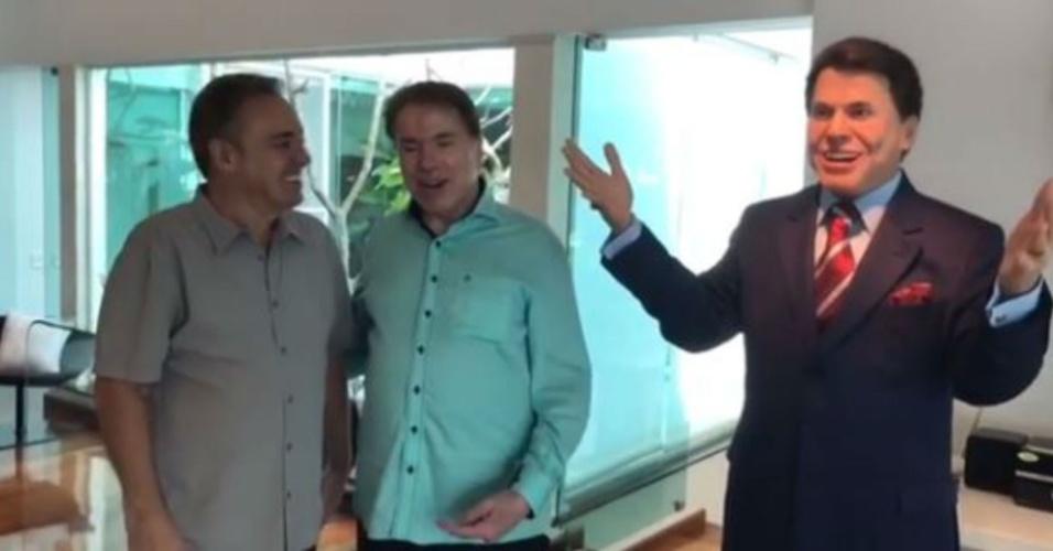 Gugu presenteia Silvio Santos com estátua de cera em tamanho real