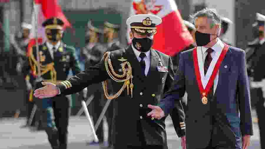 Francisco Sagasti (dir.) é escoltado ao chegar para sua cerimônia de posse; mudança na polícia - Luka Gonzales - 17.nov.20/AFP