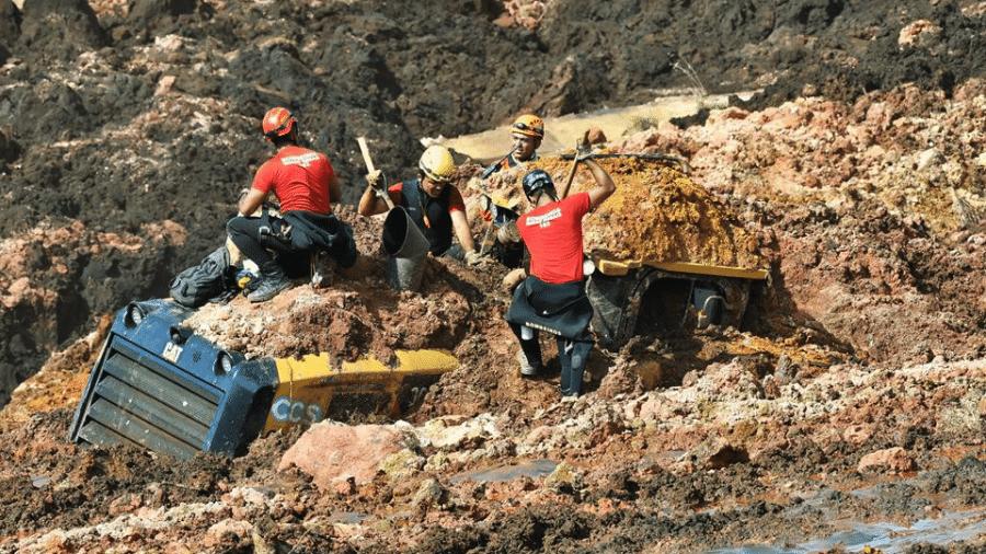 Corpo de Bombeiros de Minas Gerais trabalha nas buscas por sobreviventes em Brumadinho, onde uma barragem de rejeitos de minério despencou - Uarlen Valerio / O Tempo / 25.01.2019