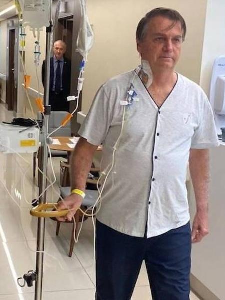 O presidente Jair Bolsonaro caminha durante internação em corredor do hospital Vila Nova Star - Reprodução/ Instagram @JairBolsonaro