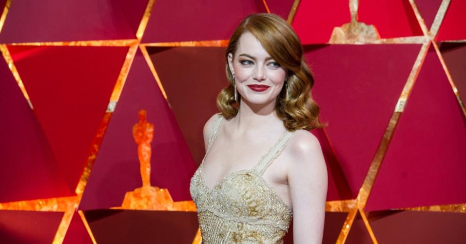 A atriz Emma Stone posa para fotos no tapete vermelhor do Oscar 2017