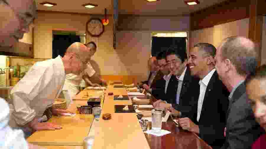 Ex-presidente Barack Obama e o Primeiro Ministro japonês Shinzo Abe conversam com o mestre de sushi Jiro Ono - The White House