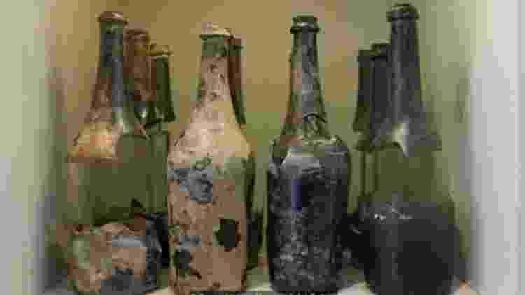 As garrafas de cerveja encontradas debaixo d'água estão em exibição no museu Queen Victoria na Tasmânia - DIVULGAÇÃO/MUSEU QUEEN VICTORIA