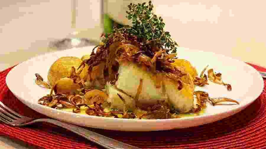 Bacalhau com shimeji crocante e batatas ao murro do cozinheiro Kaito Casagrandi, do @napanelacomkaito  - Reprodução/@napanelacomkaito