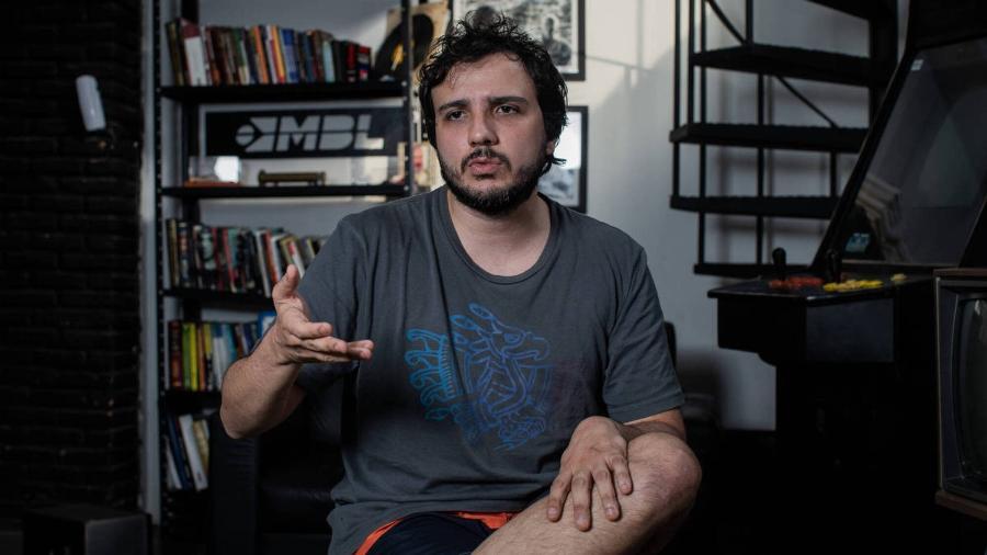 O coordenador do MBL Renan Santos, no escritório do MBL, na Vila Mariana, em São Paulo - Eduardo Anizelli/Folhapress