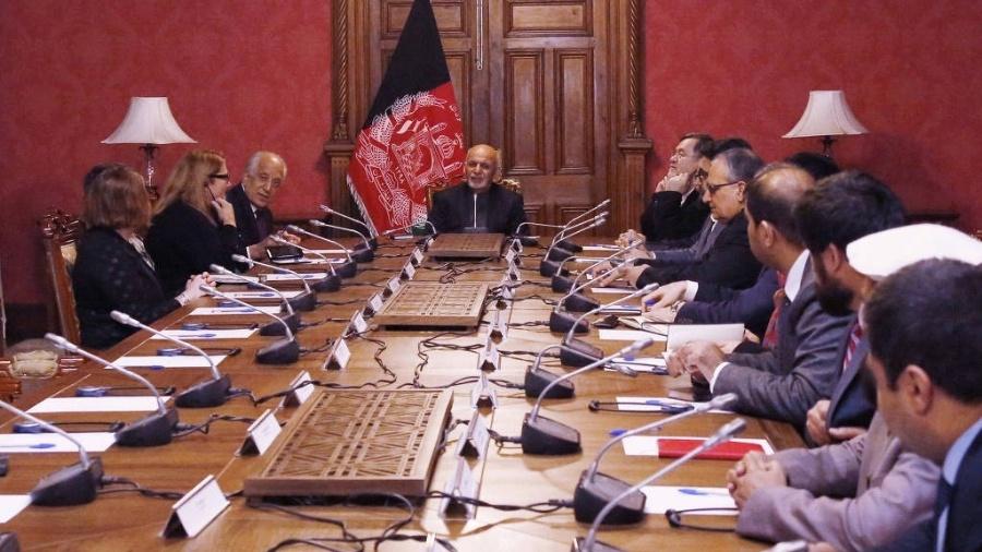 O presidente afegão, Ashraf Ghani (centro), e o enviado especial dos EUA para a paz no Afeganistão, Zalmay Khalilzad (esq.), conversam durante reunião em Cabul - Palácio Presidencial -  - 27.jan.19/Reuters