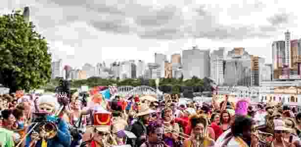 Carnaval de Belo Horizonte teve público de 4,3 milhões de foliões; na imagem o bloco Corte Devassa desfila com o centro da capital mineira ao fundo - Nereu Jr./UOL